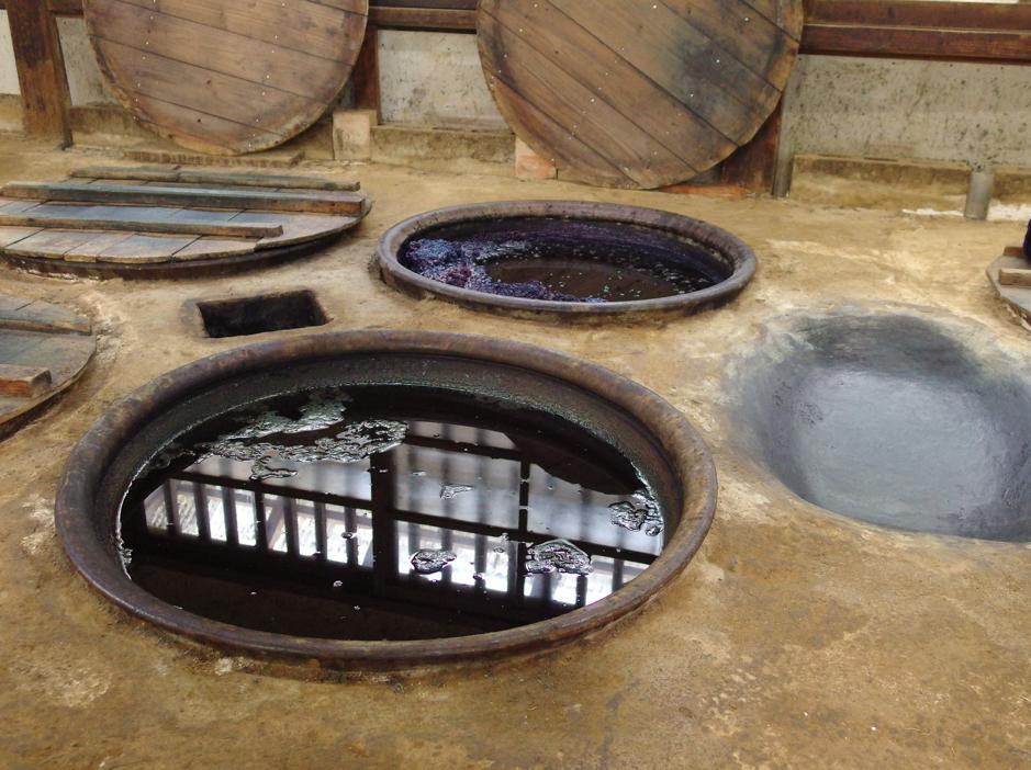工房に並ぶ藍甕
