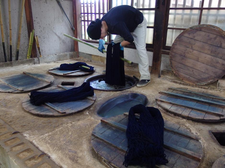 藍甕に糸を浸す