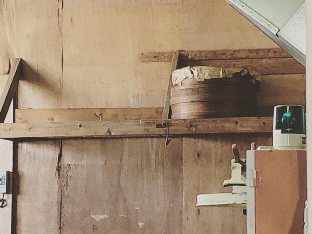 工場の奥には昔ながらの竹のふるいが置かれていた